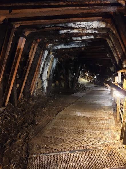 本山五坑礦坑蜿蜒曲折的隧道,彷彿沒有盡頭