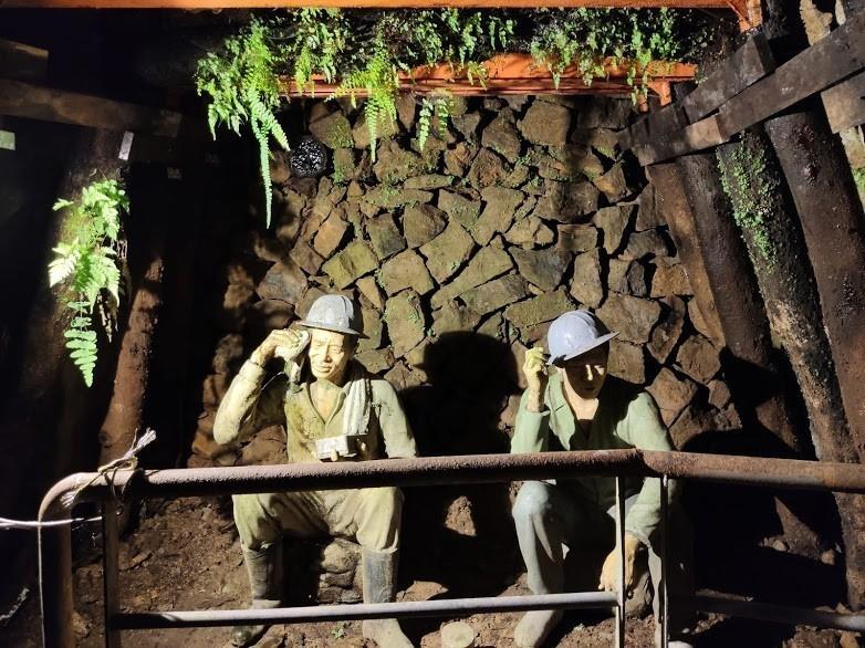 礦坑內礦工正在吃著礦工便當