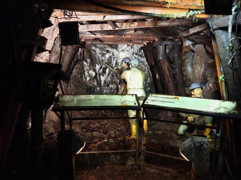 金瓜石本山五坑,礦工正忙著礦坑鑽孔作業