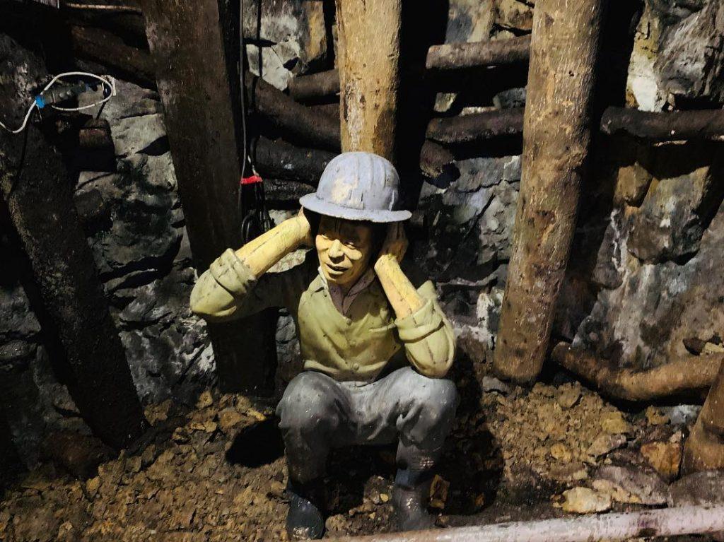 礦坑爆破作業,礦工驚恐的表情