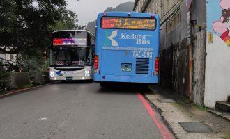 金瓜石公車黃金博物館前會車