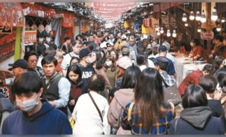 隨著國內疫情逐漸趨緩,交通部觀光局擬推出振興國旅三階段,其中第一階段就是和旅行公會合作,祭出「踩線團」,推防疫旅遊,初估投入經費約一億元,另外也會和醫護人員合作,以專業身份幫該行程做體檢。 觀光局表示,防疫旅遊預計大概會推行1至3個月左右,若疫情持續穩定,最快本月下旬就會開始推出;暑假期間可望國旅正式解禁,開始推出第二階段的「安心旅遊」。 實際上,受到疫情影響,觀光旅宿業可說是「海嘯第一排」,數十萬從業人員經濟拉警報,隨著疫情逐漸和緩,觀光局近來也為了重開國旅市場頻開會討論。 據了解,交通部長林佳龍近期也指示研議推動防疫旅遊,要求觀光局從食、宿、遊、行四面向研擬方案,補助觀光產業從業人員進行「人才培訓2.0戶外教學」,以「專家踩線團」的形式,跨區進行食、宿、遊、購、行進行標竿業者訪視觀摩,一方面強化遊程防疫,另一方面也以專業身分替該遊程做體檢,促進其提升品質,以準備迎接觀光復甦的遊客人潮。 官員表示,該方案盼能建立觀光產業防疫指引、挖掘特色遊程、豐富國旅內涵,達到防疫標準化、帶動國旅品質提升等目標,讓觀光產業者先帶起示範作用,讓國人安心,建立在國內旅遊信心,逐步提振觀光旅遊市場。 至於第二階段的安心國旅,交通部表示,將改善以往國旅補助方案,簡化補助旅遊型態單純化,流程簡化讓國人申請方便,產業易於核銷;至於實際補助金額,目前還在研議中。 觀光局表示,目前粗估防疫旅遊的預算大約一億元,除了和旅行公會合作外,也會和13個風景管理處、溫泉業者、觀光遊樂區、觀光巴士等單位合作,加強品牌行銷;另外也會找來醫護人員針對防疫部分給意見,包括遊覽數人數限制、用餐環境、消毒等,讓民眾玩得安心。預計推行時間為一至三個月,若疫情控制住就會縮短推行時間。